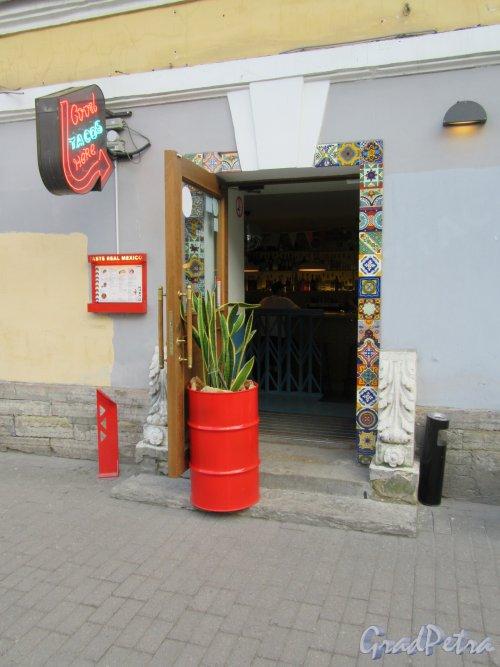 Ул. Жуковского, д. 13. Оформление входа в кафе «2TACO & Co». фото май 2018 г.