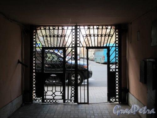 Ул. Жуковского, д. 15. Доходный дом. Дворовая арка с воротами. фото май 2018 г.