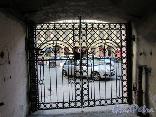 Ул. Жуковского, д. 17. Доходный дом. Дворовые ворота. Вид из-под арки. фото май 2018 г.