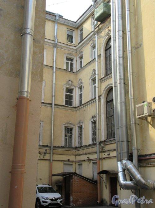 Жуковского ул., д. 39. Угловая часть двора. фото май 2018 г.