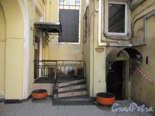 Жуковского ул., д. 49. Доходный дом. Двор. Дворовое крыльцо. фото май 2018 г.