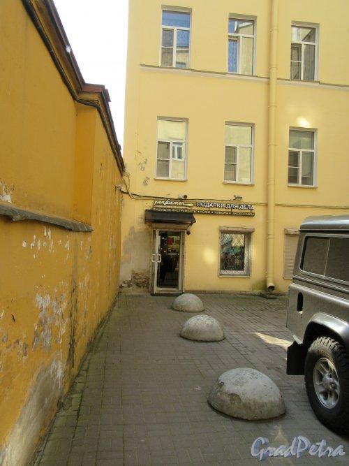 Жуковского ул., д. 49. Доходный дом. 2-й Двор. Защитная стенка и магазин. фото май 2018 г.