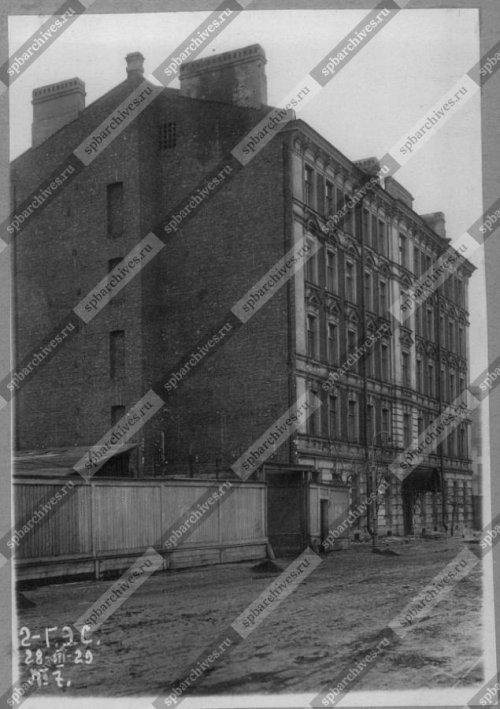 Вид углового фасада дома на Новгородской улице (жилой дом для рабочих и служащих 2-й ГЭС). Дата съёмки: 1929 г. Автор съёмки: не установлен.