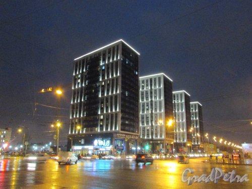 улица Салова, дом 61, строение 1. Вечернее оформление новых корпусов Апар-отеля «VAlO». Фото 10 февраля 2020 года.