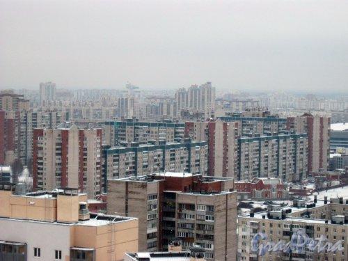 Ул. Коллонтай, дом 16, корпус 1 (в центре фото). Общий вид с крыши дома 5 по ул. Коллонтай (ул. Белышева, дом 1, литера А) (ЖК «Аврора») на микрорайон на ул. Коллонтай. Фото 28 января 2015 г.