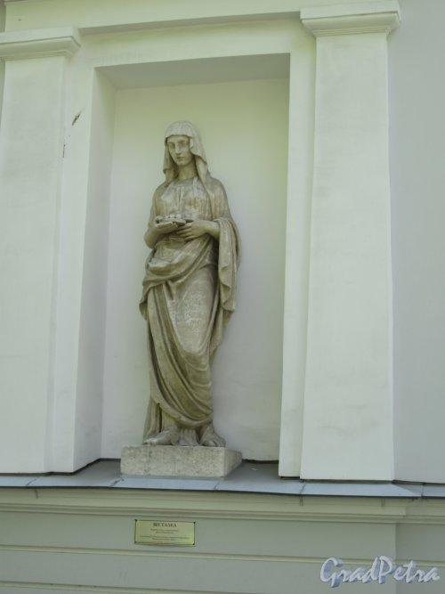 Елагин остров (улица), д. 4, лит. В. Кухонный корпус Елагиноостровского дворца. Статуя в нише Весталка, 1822, ск. С.С. Пименов. фото май 2018 г.