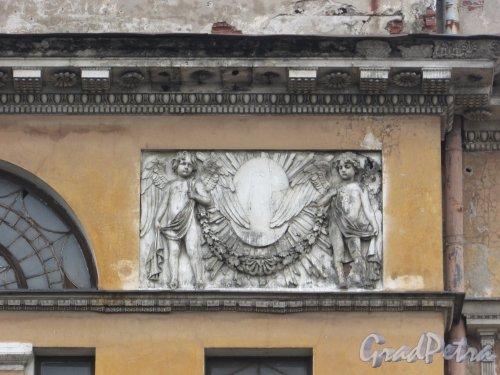 Расстанная улица, дом 20, литера А. Барельефы с ангелами на главном корпусе. Фото 3 марта 2020 г.