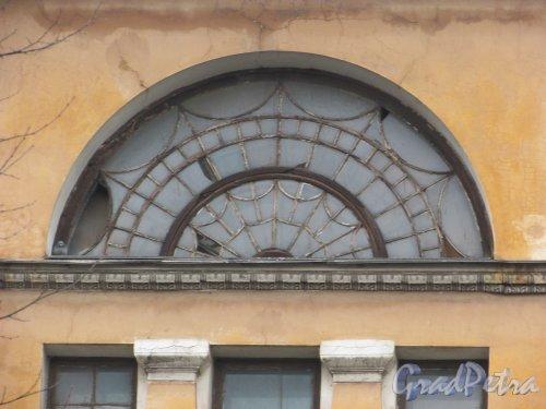 Расстанная улица, дом 20, литера А. Оригинальная растеловка полуарочных окон главного корпуса. Фото 3 марта 2020 г.