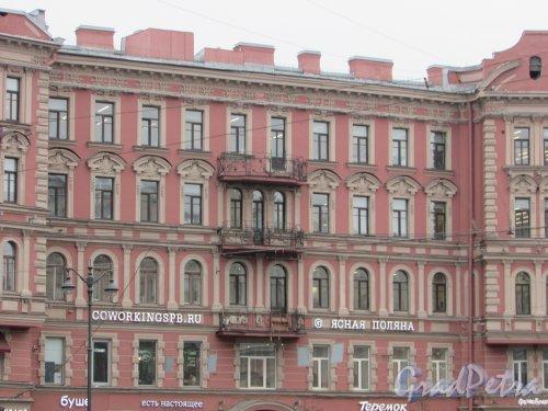улица Льва Толстого, дом 1-3, литера А. Центральная часть фасада доходного дома В. М. Корзинина со стороны площади. Фото 3 марта 2020 г.
