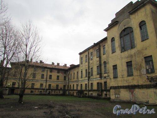 Расстанная улица, дом 20, литера А. Общий вид южного крыла здания (со стороны Днепропетровской улицы) со стороны двора. Фото 17 февраля 2020 г.