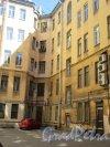 Кирочная ул., д. 12. Доходный дом Д. А. Дурдина, 1894, арх. П.И. Гилев. Дворовый фасад уличного корпуса. Фото июнь 2018 г.