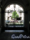 Фурштатская ул., д. 17. Доходный дом О. С. Клейман. Уличные ворота, вид изнутри. фото июнь 2018 г.