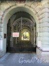 Фурштатская ул., д. 17. Доходный дом О. С. Клейман. Уличные ворота, вид снаружи. фото июнь 2018 г.