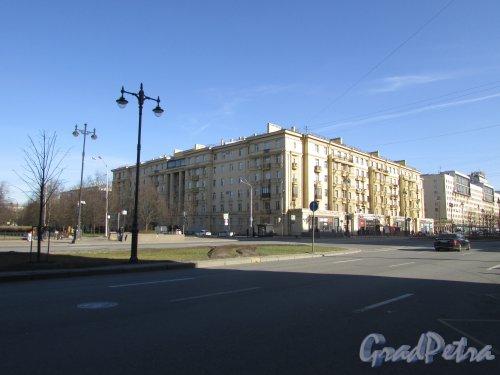 Алтайская улица, дом 5 / Московский проспект, дом 216. Общий вид жилого дома. Фото 8 апреля 2020 г.