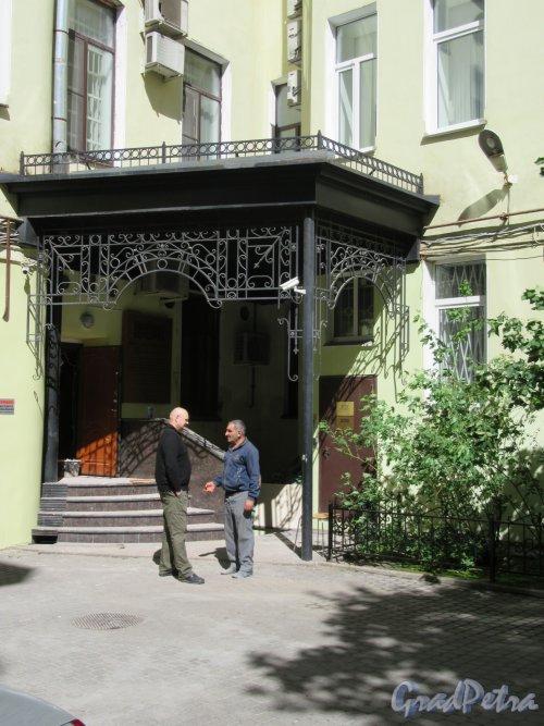 Фурштатская ул., д. 17. Доходный дом О. С. Клейман. Двор. Крыльцо перед внутренним подъездом. фото июнь 2018 г.