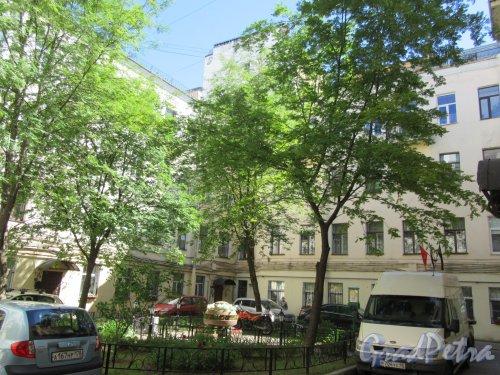 Фурштатская ул., д. 27. Доходный дом С. Т. Овсянникова. Дворовый сквер. фото июнь 2017 г.