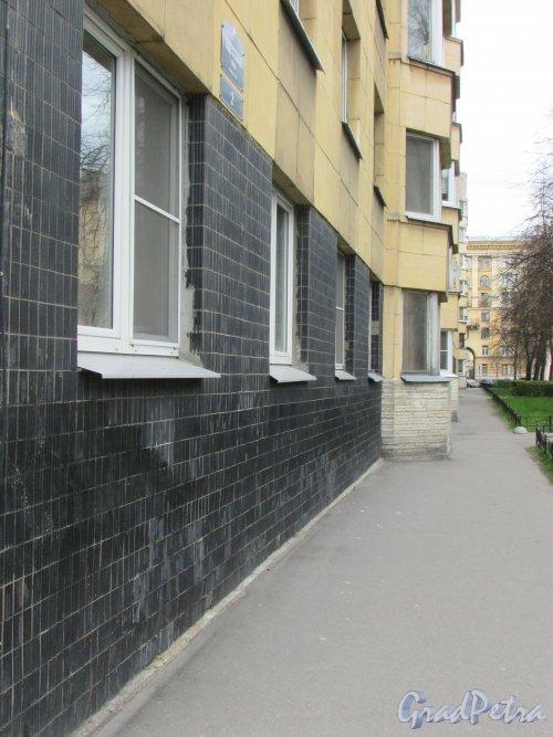Одесская улица, дом 2. Фасад жилого дома вдоль Одесской улицы. Фото 7 мая 2020 г.
