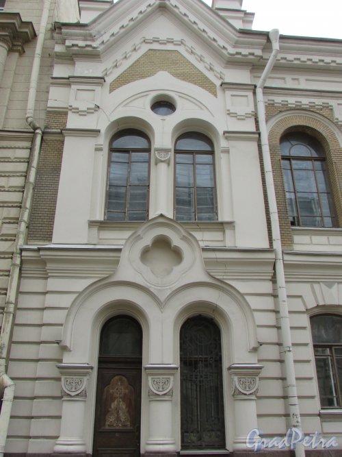 Очаковская улица, дом 9.  Правая часть здания. Фото 7 мая 2020 г.