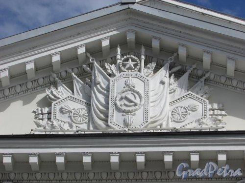 Потёмкинская улица, дом 4, литера А. Советская символика во фронтоне здания. Фото 7 мая 2020 г.