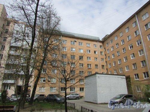 Тверская улица, дом 17 / Одесская улица, дом 2. Угловая часть жилого дома со стороны двора. Фото 7 мая 2020 г.