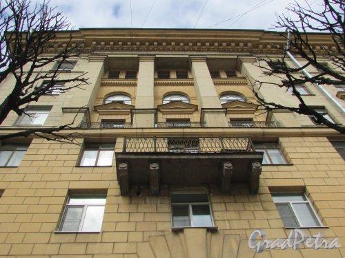 Тверская улица, дом 18. Фрагмент фасада угловой части жилого дома. Фото 7 мая 2020 г.