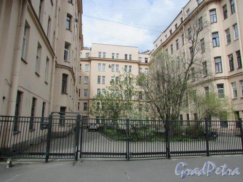 Тверская улица, дом 20. Общий вид курдонёра. Фото 7 мая 2020 г.