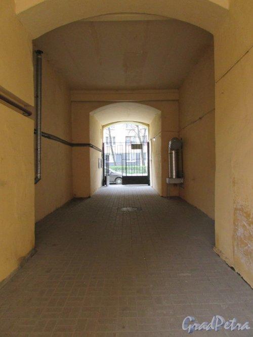 Тверская улица, дом 21-23. Арка в корпусе со стороны Одесской улицы. Фото 7 мая 2020 г.