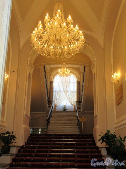 Ул. Чайковского, д. 55. Гранд Отель «Чайковский». Интерьер парадной лестницы. фото июнь 2018 г.