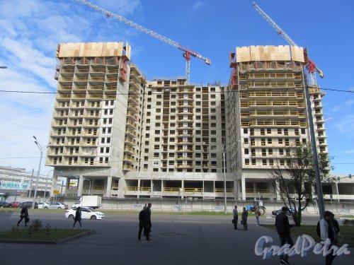 Ул. Салова, д. 61. Апарт-отель «VALO». Общий вид здания в процессе строительства от ст. метро Бухарестская. фото июль 2018 г.