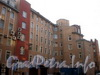 Ул. Чапаева, д. 10 (правая часть). Фрагмент фасада здания. Фото апрель 2010 г.