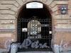 Фурштатская ул., д. 19. Здание Сергиевского благотворительного братства. Решетка ворот. Фото май 2010 г.