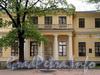 Потемкинская ул., д. 2. Центральный флигель. Фрагмент фасада с портиком. Фото май 2010 г.