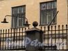 Бобруйская ул., д. 7. Фрагмент ограды с фонарями. Фото май 2010 г.