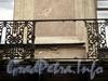 Галерная ул., д. 20 (левая часть). Фрагмент поврежденной решетки балкона. Фото июнь 2010 г.