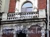 Галерная ул., д. 44. Поврежденный левый балкон. Фото июнь 2010 г.
