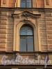 Захарьевская ул., д. 13. Декоративное оформление оконного проема. Фото июль 2010 г.