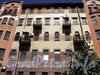 Захарьевская ул., д. 16 / пр. Чернышевского, д. 6. Фрагмент фасада по улице. Фото июль 2010 г.