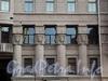 Захарьевская ул., д. 23. Доходный дом Л. И. Нежинской. Полуколонны завершены капителями с изображением женских голов, над ними размещены плоские фигуративные рельефы. Фото июль 2010 г.