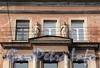 Кирочная ул., д. 30. Доходный дом Г.С. Войницкого. Скульптурная группа над сандриком. Фото сентябрь 2010 г.