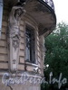 Кирочная ул., д. 45 / Таврическая ул., д. 13. Доходный дом А.И. Шульгина. Атланты, поддерживающие угловой балкон. Фото сентябрь 2010 г.