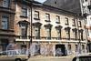 Гангутская ул., д. 8. Фасад лицевого флигеля до реконструкции. Фото конец 1990-х годов. (с сайта компании «Источник-Строй»)
