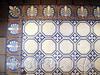 Гангутская ул., д. 10. Керамическая плитка на полу холла парадного подъезда. Фото сентябрь 2010 г.