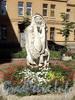 Скульптура «Женщина-мыслитель» в курдонере дома 20 по Тверской улице. Фото август 2010 г.