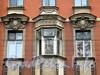 Петропавловская ул., д. 2. Элементы декора фасада здания. Фото октябрь 2010 г.