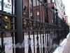 Мичуринская ул., д. 4. Элитный жилой комплекс «Дворянское гнездо» («Евросиб»). Ограда вдоль дома. Фото октябрь 2010 г.