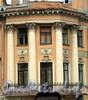 Гагаринская ул., д. 8 / ул. Чайковского, д. 4 (угловая часть). Угловая часть фасада украшена четырьмя трехчетвертными колоннами коринфского ордера. Фото сентябрь 2010 г.
