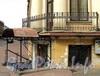 Ул. Чайковского, д. 4 (угловая часть) / Гагаринская ул., д. 8. Угловой балкон и козырек входа в полуподвал. Фото сентябрь 2010 г.