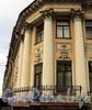 Ул. Чайковского, д. 4 (угловая часть) / Гагаринская ул., д. 8. Угловая часть фасада украшена четырьмя трехчетвертными колоннами коринфского ордера. Фото сентябрь 2010 г.
