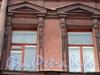 Ул. Достоевского, д. 29. Оформление окон третьего этажа. Фото февраль 2011 г.