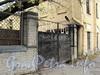 Ул. Смольного, д. 4. Ворота со стороны улицы Смольного. Фото 23 октября 2010 г.